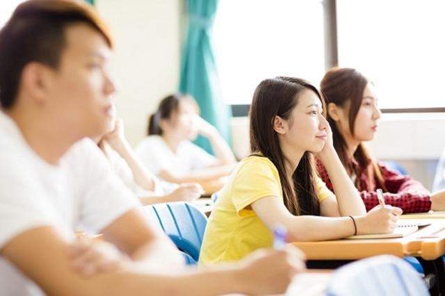 画像1: 大学の授業料について、自民党が「卒業後に納付」する制度を提言し注目が集まっている。 社会全体での「教育投資」を提言 自民党の教育再生実行本部が今月、教育政策に関する提言を安倍総理に提出した。 少子化や格差克服、生産性や能力を向上させるには、保護者による負担から「社会と個人が共同で支える仕組み」へ発想転換し、社会全体で教育投資を行う必要があると説明。 幼児教育の無償化と質の向上、高等教育の負担軽減に特に優先して取り組むべきだと述べた。 大学の授業料を卒業後に納付 高等教育の負担軽減については、在学中の授業料は無償とし、卒業後に所得に応じて納付するオーストラリアの制度(HECS方式)の日本型を検討。 これまで親が負担していた大学の教育費 [...] irorio.jp