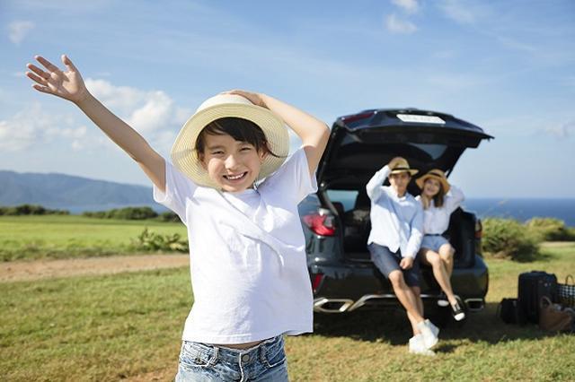 画像1: 新たな大型連休「キッズウィーク」構想の中身が、少しずつ明らかになってきた。 新たな大型連休「キッズウィーク」を実施へ 政府が新たな大型連休「キッズウィーク」の創設・導入に向けて、議論を進めている。 キッズウィークとは、学校の夏休みなどの長期休暇の一部を他の平日に分散させてつくる、新たな大型連休。来年4月からの導入が検討されている。 学校休業日を分散 24日に首相官邸で開催された会合の冒頭で、安倍首相は次のように発言。 政府としては、地域ごとの学校休業日の分散化を図る『キッズウィーク(仮称)』などの取組を進めたいと考えています 家庭や地域の教育力を高めるためには、特に「大人が子供に向き合う時間が必要」と述べ、政府としてキッズウイークに [...] irorio.jp