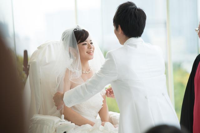 画像1: もうすぐ6月。ジューンブライドで挙式するカップルの方もいるだろう。 近年、「ユニバーサルウェディング」という身体に不自由がある新郎と新婦の動きやすさを考えた結婚式が注目を集めている。 結婚式専用の電動車いすを開発したスマイルエッセンス合同会社(大阪市北区)の川端教子代表に、こだわりを聞いた。 車いすの人が諦めたことを実現へ 20年以上、ホテル業界に関わっていた川端代表は、2014年3月に同社を起業。 挙式用電動車いす「Isco(イスコ)」を、同年9月に発表した。 新婦のドレスと一体化できる車いすの構想は、2年以上温めていたという。 相手との身長格差や、バージンロードで引く裾の長いドレス(ロングトレーン)の実現といった課題に取り組んだ [...] irorio.jp