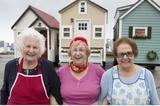 画像1: 定年退職後はどう暮らしたいか......誰でも直面する問題ですが、近頃は最小限の生活スペースを維持し、移動しながら暮らしたいと考える人たちがいるようです。 移動できる住宅で暮らす Bette Presleyさんは2013年に14年住んでいた自宅を小型化し、車で牽引して移動できる住宅を作りました。こちらはその住宅と同型のものです。 広さは約166平方フィート(約15.4平方メートル)とこじんまりしていますが、太陽光パネルが設置されており、本格的に生活できるだけの機能を備えています。 Presleyさんはテレビや電子レンジ、パソコンなども捨て、電気から離れた生活を目指し、最低限の小さな冷蔵庫や暖炉だけを用意したそうです。 孫のビジネスに協力 S [...] irorio.jp