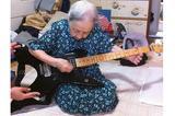 画像1: ひ孫がギターで「ヘビメタの曲」を弾いていたところ、それに反応したひいおばあちゃんの姿に注目が集まっています。 スリップノットでノリノリに... この画像を投稿しているのは、YUHEI@next→???????(@gypsyheart3)さん。 高校生の頃、メタラーだった僕は部屋でスリップノット弾いてたら今は亡くなった100歳近かったひいばぁちゃんが盆踊りしながら部屋に入って来ておもむろに俺のキラーとって三味線の要領でディストーションかけてまぁまぁ弾けてた図。 pic.twitter.com/WaoallRyx9 — YUHEI@(@gypsyheart3) 2017年5月23日 画像にはギターを弾く、YUHEIさんのひいおばあちゃんの姿 [...] irorio.jp