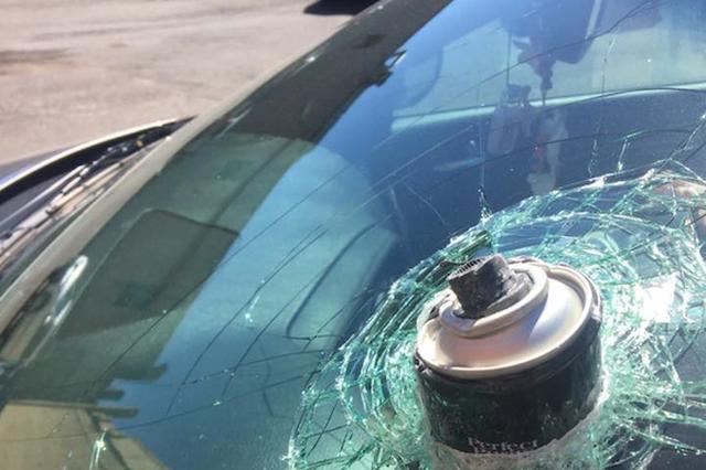 画像1: 米国ワシントン州に住む女性が、自分の車のフロントガラスに突き刺さったヘアスプレー缶の写真をFacebookにアップした。 駐車場に停めてあった車 その写真を5月24日にアップしたカルメン・エアーズさんは、ワシントン州のバンクーバー市(カナダのバンクーバーとは別)で働く女性。その日、仕事が終わって、駐車場に停めてあった自分の車に乗ろうとしたところ、フロントガラスに酷いヒビ割れができていたという。 そして、ガラスに何かが突き刺さっていた。 「最初は何かが落ちて来たんだろうと思って、上を見ました」 彼女は海外メディアにこう語っている。 「でもよく見ると、その物は内側から外に向かって突き出していました。ショックでした。その後、それが何かわか [...] irorio.jp