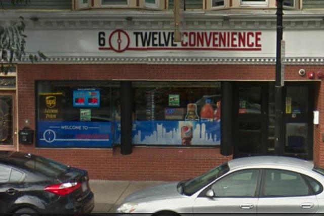 画像1: セブンイレブンの営業方針に不満を持ったオーナー店長が、同コンビニエンスチェーンに真っ向から戦いを挑んだ。 対抗してシックストゥエルブを開店 米国マサチューセッツ州でセブンイレブンのオーナー店長をやっていたアブ・ムーサさん(男性)は、最近、フランチャイズ契約を打ち切り、ボストン市のブロードウェイに自分のコンビニエンスストアをオープンした。 その店の名は「シックストゥエルブ」。明らかにセブンイレブンに対抗している。しかも店の場所は、自分がそれまで店長をやっていたセブンイレブンの真向かい。 シックストゥエルブの品揃えは、向かいのセブンイレブンと全く同じ。ただし、ホットドッグやピザといったホットフードは扱っていない。それには理由がある。 毎 [...] irorio.jp