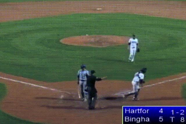 画像1: 5月26日に行なわれた米国プロ野球マイナーリーグの試合中に奇妙な三振場面があり、ネットや海外メディアで話題になっている。 8回表2アウト それはニューヨーク州ビンガムトン市で行なわれたハートフォード・ヤードゴーツ対ビンガムトン・ランブルポニーズ戦で起こった。 打者はヤードゴーツの3塁手ブライアン・フエンテス選手。カウントは1ボール2ストライク。その次のプレイが下のようなことになった。 バットを振った打者 投手のコリー・バーンズ選手は足を滑らせたらしい。中継放送時の解説者によれば、とっさの判断で絶対に打たれることのない方向に投げたとのこと。投げずに動作を止めればボークとなってしまう。 1塁側に大きく外れて転がったボールを見た打者のフエ [...] irorio.jp