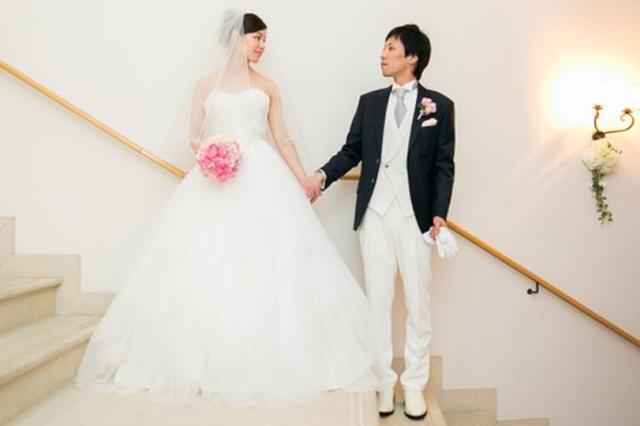 """画像1: 「""""プロポーズは男性の役目""""はもう終わり!?」 プロポーズの日ということで、結婚情報誌「ゼクシィ」にプロポーズに関する話を聞いてみた。 プロポーズをするキッカケの日 6月4日はプロポーズの日。 結婚の守り神ジュノーが支配する6月に結婚する花嫁は幸せになれるとされていることから、ブライダルファッションの第一人者の桂由美さんが制定。 6月の第1日曜日を「プロポーズの日」と定め、プロポーズをするきっかけの日とした。 3組に1組のカップルが「プロポーズ」無し プロポーズと言えば「男性が女性にするもの」「結婚前の重要イベント」というイメージがあるが、最近は事情が変わってきているようだ。 ウェディングをトータルプロデュースする「TAKE and [...] irorio.jp"""