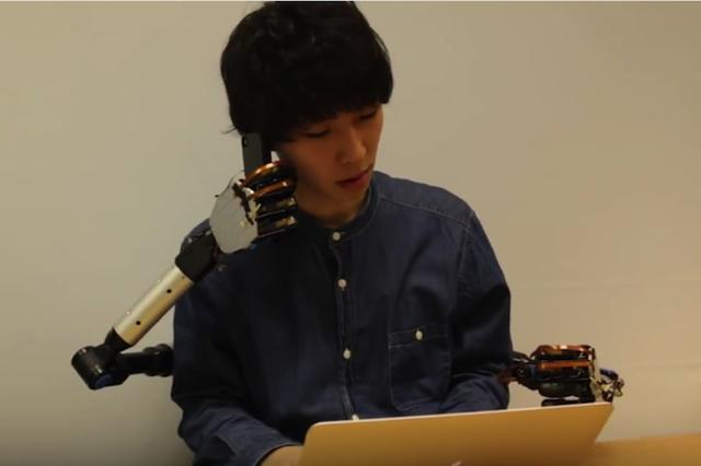 画像1: バックパックのように背負うだけで4本腕になれるロボットアームが開発された。これを使えば、2つの手では足りない日常的な作業が楽にできるようになる。 東京大学の研究室が開発 「MetaLimbs(メタ・リムズ)」と名付けられたこのロボットアームは、東京大学の稲見・檜山研究室が開発したもの。 このMetaLimbsの画期的な点は、操作を足(脚)で行なうことだ。膝と足にセンサーが仕込まれたバンドを付け、足(脚)を動かすとそれと同じようにロボットアームが動く仕組みになっている。 足の指の動きは、そのままロボットアームの手指の動きになる。つまり、足の指で物を掴む動作をすると、ロボットの手で物を掴めるというわけだ。ロボットの手が物に触れると、その [...] irorio.jp