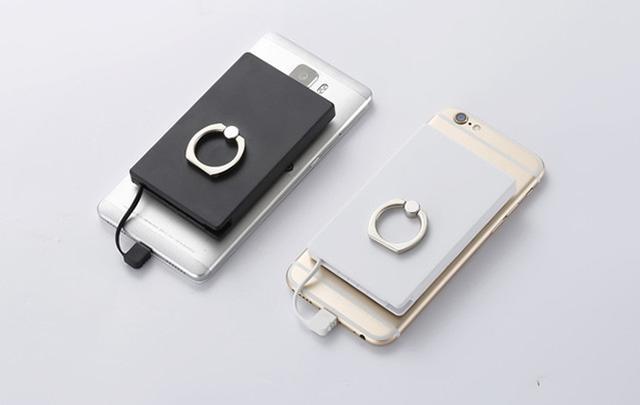 """画像: 充電器とスマホリングがひとつになった「バッテリング」が""""充電しながら片手で操作""""を叶えてくれる♩"""