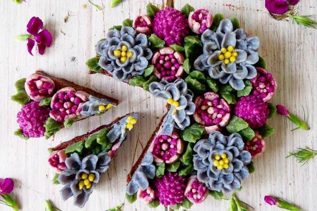 画像1: ベルリン在住のパティシエ、Juliana Tarさんの作るホールケーキが、まるで本物の花を飾ったように美しいと評判です。 Facebook/Culinary Dots 自然の色味を生かしたヘルシーケーキ Tarさんのケーキの特徴は、バラを表現できるだけの技巧はもちろん、すべてラクトースフリー(乳糖)、グルテン(小麦粉)フリーであること。 さらに、動物由来のものを摂らない、完全ベジタリアンの人のための「ビーガンフリー」のケーキであること。 アレルギーなどで食材が気になる人にとっては、うれしいケーキです。 ケーキは焼かずに仕上げています。 材料はワイルドベリーなどの果物やバニラなど天然の甘味料などを使い、素材の持つ色合いを利用して作って [...] irorio.jp