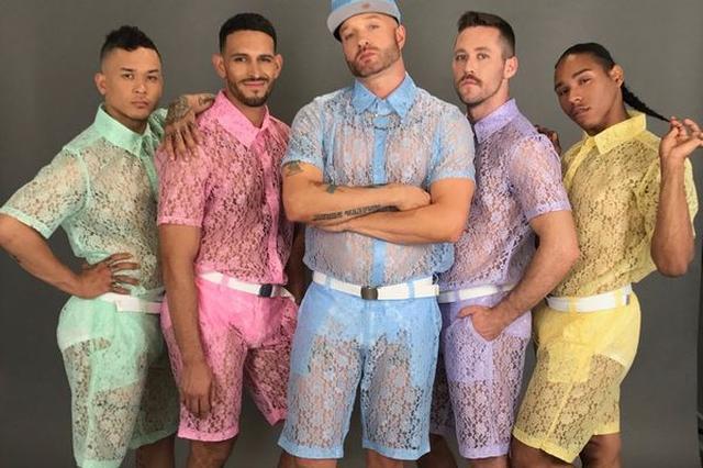 画像1: 女性がいいと思うものなら、男性だって「欲しい」と思ってもおかしくはない。 女性が美しいレースに惹かれるのなら男性だって!というのも然り。 男性向けのレースの服 この度、とうとう男性向けのレースの服が登場し、複数の海外メディアで取り上げられるなど注目を集めている。 米ロサンゼルス発のブランド「ホノグラムシティ」では、男性用のレースのトップスとショートパンツの販売を開始した。 ご覧のとおり、シャツもパンツも全てレース素材でできている。 レース特有の透け感も満載である。 既に売り切れ続出 色はパステルカラーのグリーン、ピンク、ブルー、パープル、イエローの5色をご用意。男性諸君の心をキュンキュンさせるに違いない。 お揃いのトップスとパンツは [...] irorio.jp