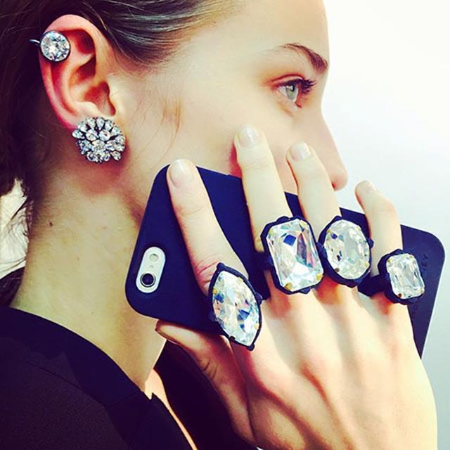 画像: ふぞろいのジュエリーがステキ♡ ステラ・マッカートニーの指輪っぽくなるiPhoneケース