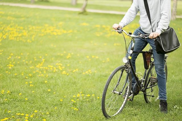画像1: 自転車事故で高額請求された男性のツイートが話題になっている。 自転車事故で約637万円の請求 Twitterに7日、「自転車気を付けて下さい」という呼びかけが投稿された。 投稿主さんは高3の夏に自転車でおばあちゃんをはねて、お互い運ばれる事故を起こしたそう。 それから3年後に約637万円の請求が来たと明かし、こう呼びかけた。 いくらこっち側が重傷でも未成年でもこれだけの請求があるので本当にみんな自転車気をつけて下さい 事故後、投稿主さんはストレスで腸炎になったという。 9500万円の賠償が命じられたケースも 実は、自転車事故で高額な損害賠償が請求されるケースはたびたび発生している。 2008年に神戸市で、マウンテンバイクで住宅街の坂 [...] irorio.jp