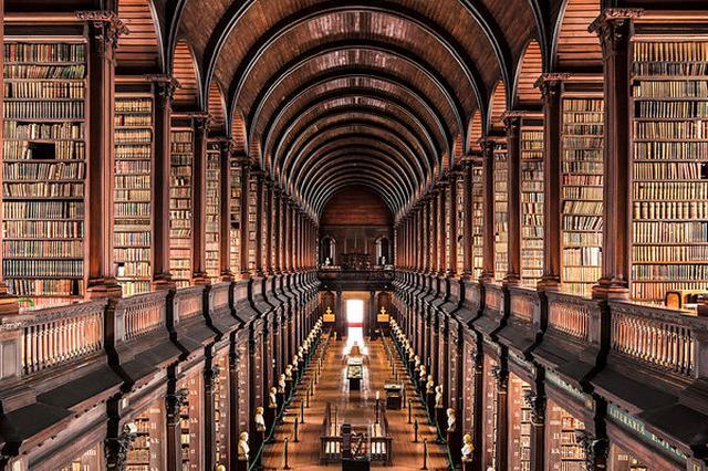 画像1: パリの写真家、 Thibaud Poirerさんは世界中の図書館を撮影しています。彼の撮影した写真を見ると、ベルリンやポルトガル、ドイツなどの図書館の美しさに圧倒されます。 Poirerさんは世界各国を渡り歩き、その国に滞在しながら図書館の写真を撮り続けてきました。 写真を見ると、海外の図書館の建物やインテリアは何百年もの歴史を重ねてきた建物が多く、まるで美術館やお城のようです。 壁や天井一面に絵画が広がるこの図書館はポルトガルのコインブラ大学の図書館です。 フランスの国立図書館。ベルサイユ宮殿を思わせるような天井です。 ファンタジーの世界に入り込んだような図書館があるかと思えば、ドイツのシュトゥットガルト市立図書館は白で統一されて [...] irorio.jp