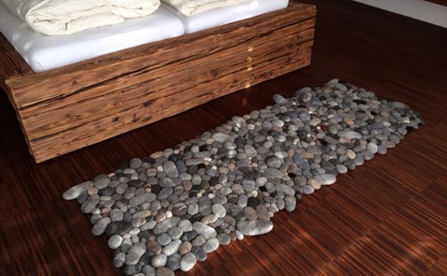 """画像: 実はフェルト製!小石を敷き詰めたようなラグが""""和モダン""""でかわいい"""