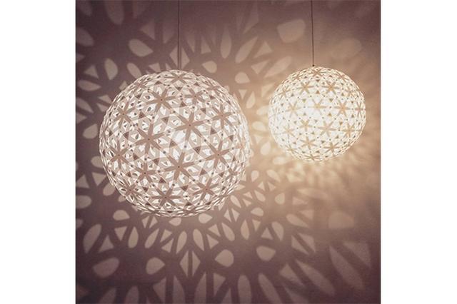 画像: 何度も見上げてしまう...!光と影が踊りだす幾何学的なランプシェードが美しい♡