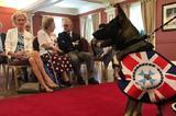 画像1: とってもかわいらしい理由で、警察犬になれなかったワンコがいる。 それが豪クイーンズランド州で暮らす、こちらのGavelくんだ。 Governor of Queenslandさん(@qldgovernor)がシェアした投稿 – 2016 8月 21 5:08午後 PDT 立派な警察犬になりそうなジャーマン・シェパードだ。しかし、警察犬になる訓練を受けてみたものの、その職を得ることはできなかった。 フレンドリーすぎて失格に なぜGavelくんは警察犬になれなかったのだろうか。 クイーンズランド州知事官邸のプレスリリースによると、「第一線に身を置くのに必要な能力が見られなかったため」と、その理由が説明されている。 どうやら彼は [...] irorio.jp