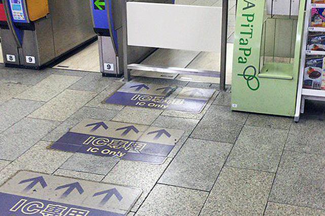 画像1: IC専用改札はこっちか......って、これ柵やん! 思わずツッコミを入れたくなる大阪市営地下鉄の改札口の案内表示が、鉄道ファンの間で話題です。 管理する大阪市交通局に確認しました。 床の矢印が向かう先 ミナミの繁華街にある難波駅(案内名:なんば駅)は、市中心部のターミナル駅です。 Twitterユーザーの岩江岩田さん(@yoyoyo127)は6月6日、不思議な光景を見つけて投稿しました。 なんば。斬新なIC専用改札。 pic.twitter.com/2iiYi7MftE — 若江岩田 (@yoyoyo127) 2017年6月6日 「IC専用」と書かれた床面の矢印が指し示すのは、改札内との間仕切りの柵。 写真には「もちろん関西の人は逆らわず [...] irorio.jp