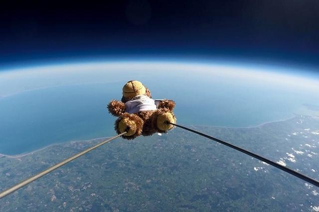 画像1: Roffaは、およそ地上29キロメートルの成層圏内まで旅に出たテディベアだ。 ▼帰ってきて祝杯を挙げる様子 And now for a well deserved glass of bubbly. Space and back... What. A. Day. pic.twitter.com/z0y40yoJo3 — Roffa The Bear (@RoffaTheBear) 2017年5月25日 1匹のテディベアが、どのようにして空の旅を成功させたのだろうか。 彼のTwitterから、その理由を探ってみよう。 子供たちが手伝ってくれた Roffaを成層圏に送り出したのは、イギリスにあるキングス・ロチェスター・プレパラトリ [...] irorio.jp