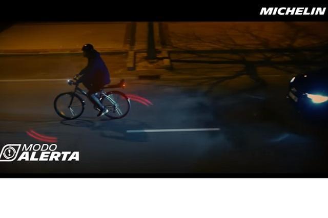 """画像1: スピードが速く、車道を走っていることも多い""""自転車""""。暗い夜道を走る際には、ヘッドライトを点灯するのはもちろんのこと、反射板を付けたりして、安全に気を使っている人もいることだろう。 車の運転手に自転車の存在を知らせるだけではなく距離感も伝えられるライトを、レストランの格付けでも有名なタイヤメーカーのミシュランが開発した。 年間5,000件の事故を減らせるか 「Bikesphere」と名付けられたそのライトは、見通しの悪い夜道ではこのように自転車の周りを照らし、車の運転手に存在を知らせる。 後方に向かって点灯するライトのほかに、自転車の周囲を赤いライトが回っており、自転車との距離感が伝わりやすくなっている。 ▼車が近づくとライトの回転 [...] irorio.jp"""