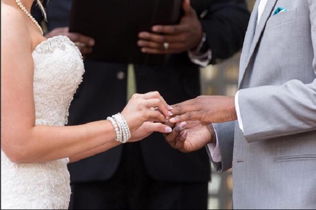 画像1: 50年前の1967年6月12日、アメリカ合衆国最高裁判所がある判決を下した。州によって定められていた人種の異なる結婚を禁止する規定は、憲法に反しているというものだ。 これにより異人種間の結婚がすべての州で認められるように。このことを記念して、6月12日はラビング・デイ(Loving Day)と呼ばれることとなった。 ラビング・デイを祝う人々 ちょうど50回目を迎えた今年。SNSには#LovingDayや#Loving50といったハッシュタグが登場し、この日を祝うカップルや家族の投稿でにぎわった。 ▼自分たちの結婚を祝う人々 We'll RT family selfies today celebrating #loving [...] irorio.jp