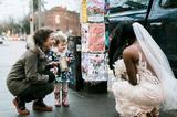 画像1: 言わずもがな、小さな子どもは純真無垢である。 それを象徴するかのようなエピソードが人々をほっこりとさせている。 こちらの写真をご覧いただきたい。 街で偶然見かけた花嫁に、はにかみながら近付く女の子が写っている。 これは花婿がImgurに投稿したものだ。 投稿によると、今年の2月に米シアトルで結婚式を挙げた2人が、街で記念撮影を行っていたときのこと。 たまたまそこを通りかかった女の子は、美しい花嫁を見て、お気に入りの本(手に持っているもの)に登場するプリンセスだと思ったという。 子どもの夢を壊してはいけない...そう思ったのだろうか、花嫁はブーケの花を1本女の子にプレゼントした。 その後女の子を抱き上げてニッコリ。 彼女にとって、目の前に [...] irorio.jp