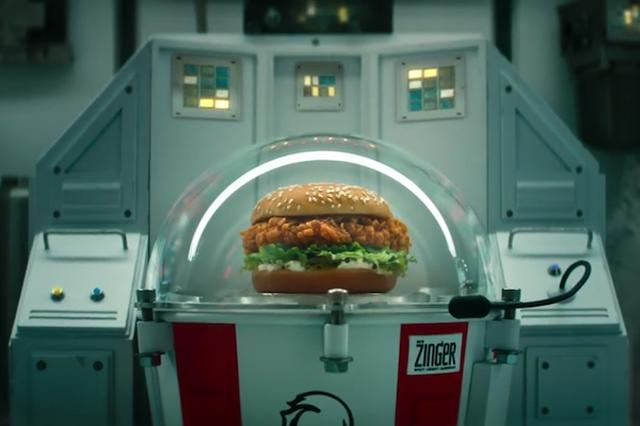 画像1: まだ正確な日程は発表されていないが、6月21日かそれ以降、KFCのチキンバーガーが宇宙を飛ぶことになっている。 スパイシーなチキンが飛ぶ KFC社の発表によれば、宇宙を飛ぶ予定になっているのは「ジンガー・チキン・サンドイッチ」。米国ではジンガー・バーガーとも呼ばれているものだ。日本のKFCでは扱われていないメニューで、チキン・フィレ・サンドに似ているが、チキンの衣がクリスピータイプで、スパイシーな味がついている。 このジンガーが特製の容器に格納され、米ワールドビュー社が開発したスペースバルーン「Stratollite」に載せられて宇宙に向かう。そして、宇宙を背景にしたチキン・サンドイッチをカメラが撮影し続けるのだ。 22キロ上空に4 [...] irorio.jp