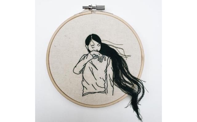 画像: 刺繍なのに立体的...!フレームから髪の毛がはみ出した刺繍作品が斬新☆