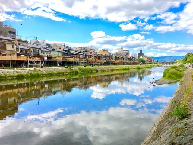 画像1: 晴天の日に京都の鴨川で撮影された写真が綺麗すぎるとTwitterで話題になっています。 鴨川に映る晴天が魅力的 この写真を撮影したのは、フォトグラファーのうさ氏(@usalica)さん。 『今日の鴨川が滅茶苦茶綺麗だった件について』 リフレクションがすごかった。 珍しくiPhoneにて撮影。 insta:: https://t.co/98VDmJzMVE pic.twitter.com/1CSSUQmWn1 — うさ氏/photographer (@usalica) 2017年6月13日 この写真は、うさ氏さん自身のiPhoneで撮影した写真だそうです。 16時くらいに鴨川を訪れたうさ氏さんが、驚くことに2分ほどで撮影した写真なのだと [...] irorio.jp