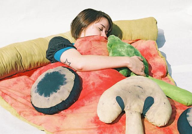 画像: アウトドアで大活躍!?ピザをモチーフにした寝袋がリアルすぎておもしろい♪