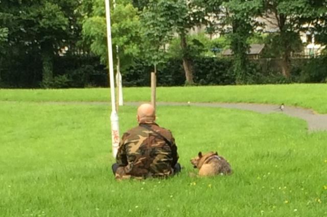 画像1: 6月14日、海外掲示板のimgurに投稿された1枚の写真が注目を集めた。 その写真がこちらだ。 迷彩服を着た男性と、その横に座る1匹のワンコの写真だが、単なるほほえましい光景ではないようだ。 ジャドビル包囲戦を経験した兵士 この写真を投稿したoopsfukd氏によると、近所に住んでいるという写真の男性は、「ジャドビル包囲戦」を経験した退役軍人なのだという。 1961年9月、コンゴ共和国で起こったコンゴ動乱中に起こった「ジャドビル包囲戦」は、国連軍として参加したアイルランド人兵士と、独立を主張していた勢力のカタンガ憲兵隊による戦いだ。 150名程度だったアイルランド兵に対して、カタンガ憲兵隊は3000人以上。 圧倒的に不利な状態の戦闘 [...] irorio.jp