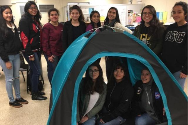 """画像1: 南カリフォルニアのホームレス問題を解決するため、10代の女子で結成された12人のチームが「携帯できる太陽光発電式テント」を開発しました。 チームはロサンゼルスの""""DIY Girls""""に所属する少女たちで結成されました。 活動の様子はインスタグラムのアカウント@diygirls_inventeamで見られます。 DIY Girls InvenTeamさん(@diygirls_inventeam)がシェアした投稿 – 2017 1月 23 5:41午後 PST DIY Girlsは科学技術に興味がある小・中・高校生の女子学生に革新的な教育体験をしてもらい、メンターとの関係を築くことを目的とした団体で、2012年に発足しました [...] irorio.jp"""