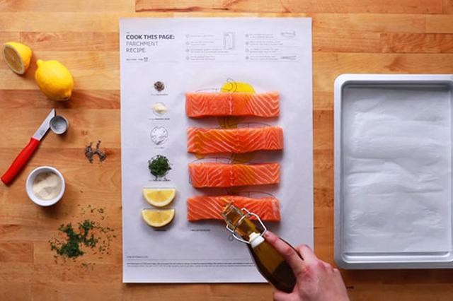 画像1: レシピ通りに作ったはずなのに美味しくない......料理本との相性は人それぞれですよね。 料理センスに自信がないなら、こんなお手軽アイテムに頼ってみてはいかがでしょうか。 カナダのイケア・チームが発表した新商品「Cook This Page(クック・ディスページ)」は、計量要らずの超簡単クッキング。 計量スプーンは必要なし! 各ページは食材の置き場所を可食性インクで描いたクッキングシートでできており、1枚ずつ取り外して使えます。 つくり方は指示通りに食材と調味料を置くだけ。 料理が苦手な人にとって計量スプーンやカップは厄介なツールですが、これなら一目瞭然。 レシピに登場するメイン食材はイケアで購入でき、一緒に買ってストックしておくのもあり。 [...] irorio.jp