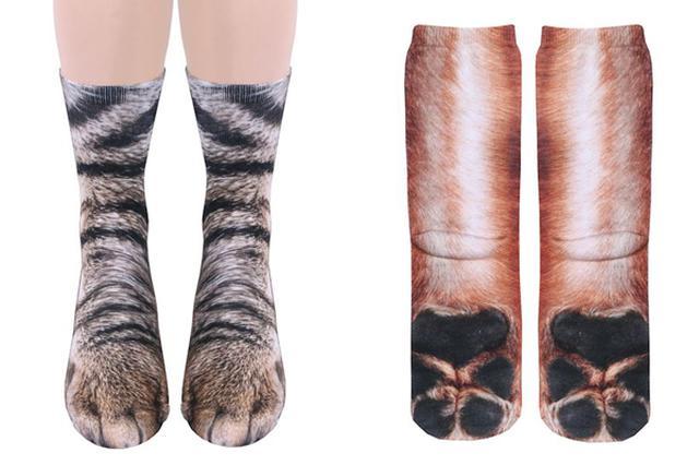 画像1: 犬や猫が好きで好きでたまらない!という方に朗報だ。 これを履けばまさに犬猫気分、足元を見るとちょっとギョッとしてしまうほどに、リアルにその足を再現したソックスが注目を集めている。 それがこちら▼ トラ猫の足...ではない。人間の足である。 正確には猫の足をプリントした靴下を履いた人間の足だ。 ただ、こう見ると本物の猫の足にも見えてくる▼ 見よ、このリアルな肉球を▼ 思わず肉球のぷにゅぷにゅ感、毛のふさふさ感を確かめたくなるような足裏である。 でも触った感じは、ポリエステル100%なのであしからず。 犬好きにはこちらをどうぞ▼ ツンツンしたくなる足裏も健在▼ いかがだろう。アメリカ製のこれらのソックスはWhat on Earthにて、1足 [...] irorio.jp
