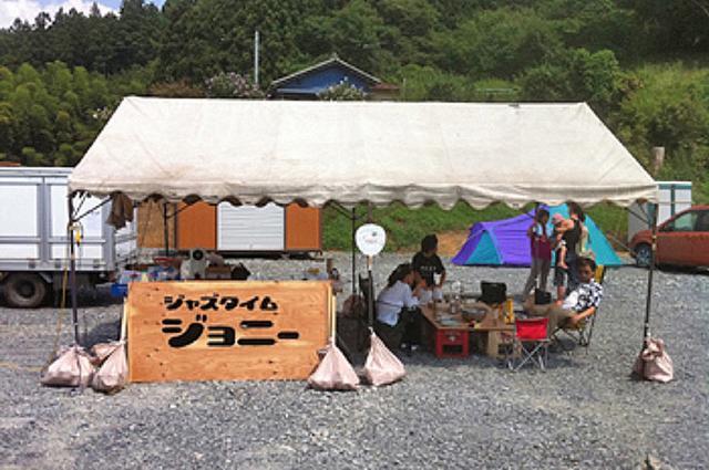 画像1: 岩手県陸前高田(りくぜんたかた)市で長年、市民に親しまれるジャズ喫茶がある。 2011年3月11日の東日本大震災で津波にのまれた店舗を復活させようと、今年2月から常連客やファンが「800万円」を目標に資金を募っている。 「ジャズタイムジョニー」の再建を目指す実行委員会代表で、音楽家の柳澤昌英さん(同県奥州市)に経緯を聞いた。 跡形もなく流されて ジョニーは現在、市内の土地にプレハブの仮店舗を設けて営業している。 被災前は「和ジャズ」(邦楽ジャズ)専門を掲げ、希少品を含む数千枚のレコードが埋める店舗には、日々音楽ファンが集ったという。 30年以上、街の音楽拠点だった店舗はあの金曜日に消失した。 ジョニーは駅前から続く商店街を突き当たっ [...] irorio.jp
