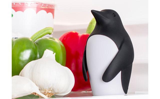 画像: キュートなペンギンが冷蔵庫をパトロール♪臭いを吸収する重曹ケースはいかが?