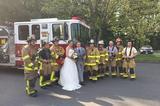 画像1: 自分たちの乗ったバスが炎上 マリア・レオナルディさんとジャスティン・ストーンさんは6月10日、忘れられない挙式当日を迎えることとなった。 パーティに向かうトローリーバスが炎上 6月10日の午後、火事の連絡を受けて、米コネチカット州エイボンにあるウエスト・エイボン組合教会に向かったエイボン・ボランティア消防隊(AVFD)。 そこで彼らが目にしたのは、エンジン部分から出火しているトローリーバスだった。火事自体は大したことはなかったが、消防隊員たちはバスの乗客を見過ごすことはできなかったようだ。 乗っていたのは、ウェディングドレス姿の新婦とタキシード姿の新郎。彼らは教会での結婚の宣誓を終え、新婦の両親宅の庭で開かれるウェディングパーティに [...] irorio.jp