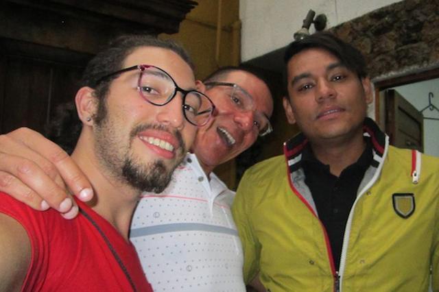 画像1: コロンビア共和国の3人の男性(上の写真)が三人婚を認められ、法律上正式な「三人夫婦」として家庭を持つことになった。 コロンビアでは昨年から同性婚が認められているが、同性の三人婚が認められたのは今回が初めて。 3人のゲイ男性 結婚した3人は、俳優のヴィクトール・ヒューゴー・プラダさん、スポーツインストラクターのジョン・アレハンドロ・ロドリゲスさん、そしてジャーナリストのマニュエル・ホセ・ベルムデスさんだ。 3人はコロンビア・メデジン市で、弁護士立ち会いのもと、法律で定められた正式な婚姻届にサインした。 これによって3人は家族として法的に認められ、相続権や健康保・年金などに関する家族としての権利を持つことになる。 正当な家族として認めら [...] irorio.jp