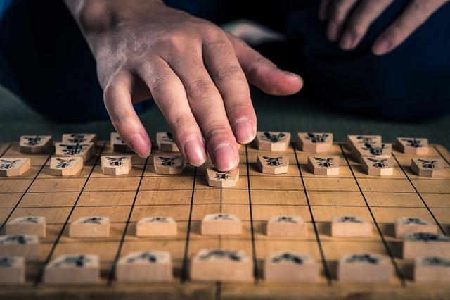 画像1: ついに藤井聡太4段が最多連勝記録に挑む。 藤井4段、29連勝をかけて対局へ 竜王戦の挑戦者を決める「第30期 竜王戦決勝トーナメント」が今日(26日)開幕した。 開幕戦は、史上最年少でプロ棋士になって以来公式戦で28連勝し、最多連勝記録に並んだ14歳の藤井聡太4段と、16歳でプロデビューし昨年の新人王戦で優勝した19歳のプロ棋士増田康宏4段の10代同士の対局。 藤井4段が勝って最多連勝記録を更新するのか、増田4段が連勝にストップをかけるのか注目が集まっている。 30年ぶり最多連勝記録を更新か 現在の将棋の最多連勝記録は28連勝。 1986~1987年度に神谷広志8段が達成した28連勝に、今月21日の対局で藤井4段が並んだ。 もし、今 [...] irorio.jp