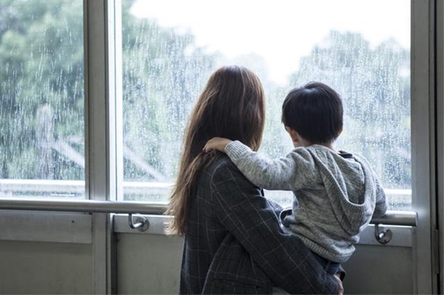 画像1: 小さな子どもを育てていると、予定どおり、思ったとおりいかないことの方が多い。 米テネシー州ノックスビルに住むモーガン・キングさんは、シングルマザーとして生後3か月の娘を育てながら、テネシー大学に通っている。 既に実の母を亡くしていることもあり、学業と育児と仕事に追われる彼女の苦労は察するに余りある。 先日も、娘のコービンちゃんの預け先の都合がつかず、やむなく大学での講義を欠席しなければならなくなった。 モーガンさんは指導教授に対し、欠席の理由を説明し詫びた。 すると当の先生から、以下のような返事が来たそうだ。モーガンさんはこれをTwitterで公開している。 Told my professor I missed class yest [...] irorio.jp