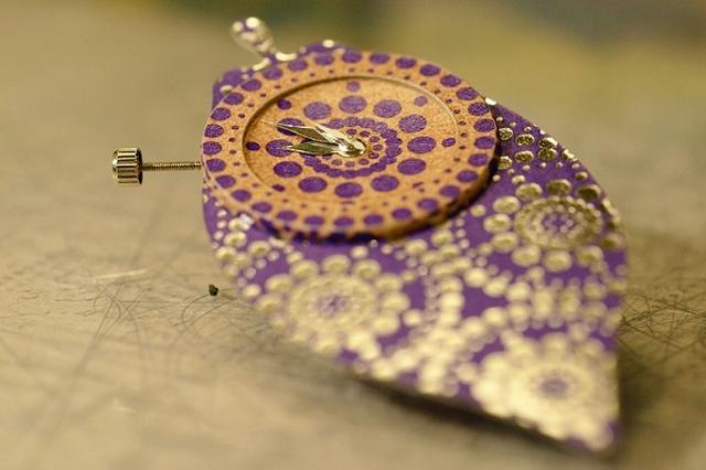 画像1: 「明治ザ・チョコレート」の箱を使ったリメイク作品に注目が集まっています。 チョコの空き箱をリメイク! この作品を投稿しているのは、鳴瀧/紙細工(@taki_yoshiwo)さん。 明治 ザ クロック 時計を仕込んでみた。 #明治ザチョコレート pic.twitter.com/96K1TfvZnl — 鳴瀧/紙細工 (@taki_yoshiwo) 2017年6月27日 これは、鳴瀧さんが「明治ザ・チョコレート」の箱を利用して作った「置き時計」です。 箱の美しい柄を活かして、時計のボディに装飾してみたんだとか。 時計を分解し、箱を細かくカットして貼り付けたそうです。 また、緑色のカカオの箔押し部分は、時計を置けるようにしたとのこと。 ア [...] irorio.jp