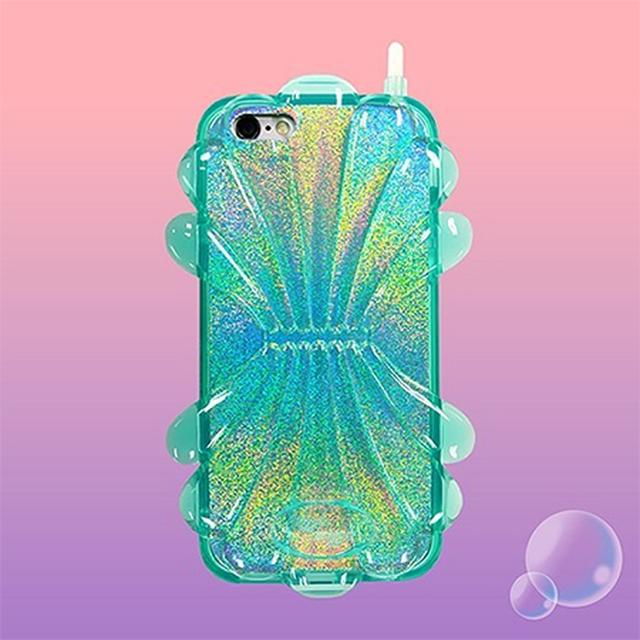 画像: プールでの完璧スタイリングを目指して。トレンドの貝殻浮き輪の上で持ちたいシェルiPhoneケース♡