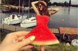 画像1: 海外インスタグラムで今流行しているのが、「スイカのドレス(WatermelonDress)」だ。 写真で分かる通り、切ったスイカをドレスに見立てて、人物に重ね合わせて撮るポートレートのこと。皮の部分が洒落た色合いのスカートに見えるのが面白い。 A post shared by niinamari (@niinamari) on Jun 25, 2017 at 7:33am PDT A post shared by d e z s e � p a t r i c i a (@patidezse) on Jun 25, 2017 at 5:52am PDT 今年の5月から始まり、6月になって注目を集めるようになったこのト [...] irorio.jp