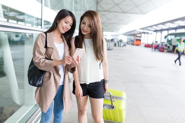 画像1: 海外でスムーズに旅行したい、あるいは商談を進めたい......が、不慣れな異国に不安がある。 そんな時に、現地に住む同じ国の人から助けを得られたら心強い。 海外に行く日本人と、訪問先に住む日本人を仲介するWEBサービス「トラベロコ」が人気を集めている。 同名の運営会社トラベロコ(名古屋市千種区)の椎谷豊社長に、サービス開発の経緯を聞いた。 140カ国に1万人超の登録者 トラベロコは「世界とつながってあなたの『したい』がかなう!」をコンセプトに、2014年1月にサービスを開始。 今年5月時点で、140カ国に住む約1万1000人の在外日本人が助っ人「ロコ」として登録。 ロコは居住地や使える言語、提供サービスを公開しており、依頼者は無料登録を行っ [...] irorio.jp