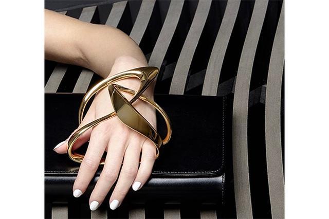 画像: 建築家ザハ・ハディッドがデザインした「ペラン パリ」のクラッチバッグがスタイリッシュ