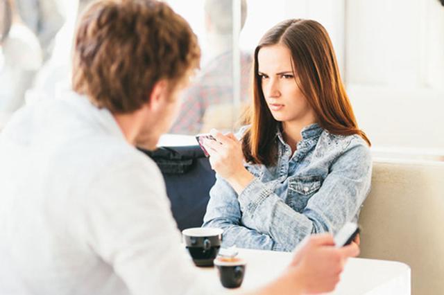 画像1: やはり真実の愛はある...そう思わせてくれるエピソードをご紹介しよう。 妻のある男性からの誘いに対する、こちらも夫がいる女性の切り返しがあざやかと称賛されているのだ。 Facebookを通じて、時おり取るに足らない意見を交わしていた男性から、ある日デートに誘われた女性。 彼女はそのやり取りをImgurで公開している。 「デートしようよ」と誘う男性に対し、当初女性は夫がいることを告げ丁重に断った。 しかし男性は「へえ、君も結婚してるの?僕もだよ。でも言わなきゃバレないよ。きっと楽しいから」と食い下がる。 そんなしつこい相手に対し、女性は最終的にこう返答した。 昨年がんを宣告された際、私は「死ぬかもしれない」ということを息子たちに告げられず [...] irorio.jp