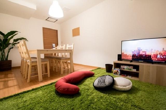 画像1: 「家のようにくつろげる居酒屋」を取材した。 まるで「宅飲み」な居酒屋 大阪市淀川区にある「ダイニング居酒屋TAKUNOMI」が話題になっている。 同店は「家みたいに仲間とくつろぎたい」という望みをかなえる、各部屋完全個室の居酒屋。 部屋は自宅や友達の家のようなリラックスできる雰囲気で、くつろげるよう店先で靴を脱ぐスタイルだ。 ネット上で「家みたい」と話題に 料金は2時間制の「鍋パコース」や「タコパ(たこ焼きパーティ)コース」「そうめんコース」「菓子パコース」等がフリードリンク付きで1人2300円~3500円。 食事の持ち込みが可能な「飲み放題コース」(1時間1500円、2時間1950円)等も。 ネット上で「凄すぎ」「家みたい」「ダイ [...] irorio.jp