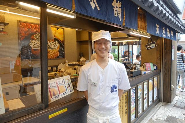 画像1: 東京随一の観光スポット「浅草」。 連日多くの観光客で賑わうこの場所に、外国人が列をなすたい焼き屋さんがあります。 新仲見世商店街にある鳴門鯛焼本舗は、関西発の「天然たいやき」で知られる人気店。 数年前から関東にも進出し、先月17日には中目黒に新店もオープンしました。 今回はそんな鳴門鯛焼本舗の人気の秘密に迫ると同時に、訪日外国人の間で鯛焼きがブームという噂を検証するため取材してきました! たい焼きには「天然」と「養殖」がある お話を伺ったのは、笑顔が素敵な浅草新仲見世店店長、手塚光明(てづか みつあき)さん。 ――まず鳴門鯛焼本舗さんのこだわりを教えてください。 当店は昔ながらの「一丁焼き」と言われる「天然焼き」にこだわっています。 [...] irorio.jp