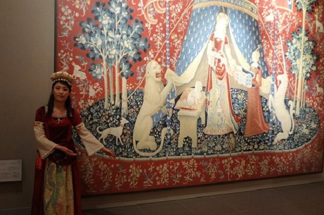 画像1: 絵画の登場人物になりきる、ユニークなイベントについて取材した。 美術館で「アートコスプレ」フェス 徳島県鳴門市の「大塚国際美術館」は21日から「#アートコスプレ・フェス」を開催する。 アートコスプレとは、名画の登場人物の衣装を着ることができる同美術館で人気のプログラム。 開催期間は7月21日(金)~9月30日(土)の9:30~17:00まで。入館者ならだれでも無料でアートコスプレを体験することができる。 古代~現代まで、15作品35衣装 フェスで体験できる衣装は、古代から現代までの15作品に登場する人物の衣装35着。古代ステージ「秘儀の間」の「入信式の花嫁」や、 中世ステージの「皇帝ユスティニアヌスと随臣たち」「皇妃テオドラと侍女た [...] irorio.jp