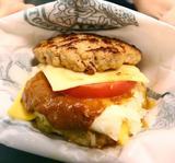 画像1: 日本有数のご当地バーガー店として有名な、函館市とその近郊で展開するハンバーガーチェーン店「ラッキーピエロ」。 そんなラッキーピエロから衝撃的な新作ハンバーガーが登場しました。 その名も「肉食べようハンバーガー」(税別680円) 炭水化物を控えるダイエットブームにのった、バンズ抜きの「肉食べようハンバーガー」(税別680円)は6月19日に登場した新メニュー。 ――材料と商品のこだわりは? 150gの合いびき肉のパテ2枚を使い、トマトとみじん切りの玉ねぎ、2種類のチーズ、マスタードを使っています。 材料はすべて北海道産で機械は一切使わずに手ごねで作っているので、お母さんの味のような安心感のあるハンバーグが食べられるのがこだわりです。 ― [...] irorio.jp