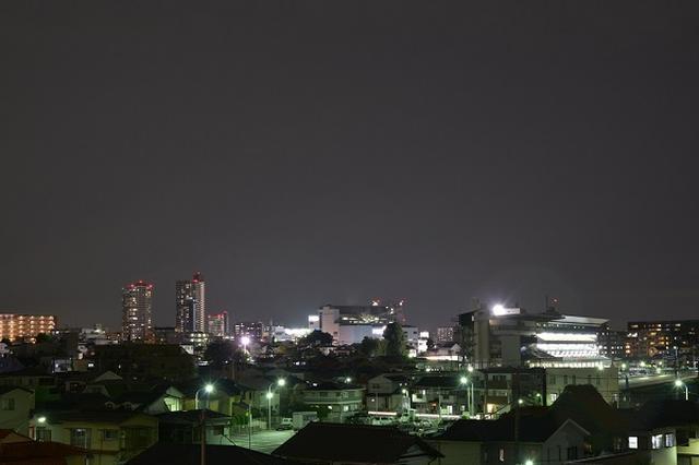 画像1: 埼玉県で「謎の光」が目撃され、話題になっている。 桶川市や川越市で目撃 埼玉県で昨夜、夜空に「謎の光」が相次いで目撃された。 TBS NEWSによると、目撃地は桶川市や川越市などで、目撃者は「今まで見たことがないくらいはっきりしていた」と証言。 ネット上にも「私も昨日、謎の光見た!」「歩いている時に見た」「飛行機かと思ったけど横に動いてなかったし、いつの間にか消えた」「うちの子どもも言ってた!」「見てたの俺だけじゃなくてちょっと安心」など、目撃談が複数寄せられています。 謎の光について、専門家はTBS NEWSの取材に「急激に回転しているため、隕石でない可能性が高い」「正体は分からない」と語ったという。 正体をめぐり議論に 「謎の光 [...] irorio.jp