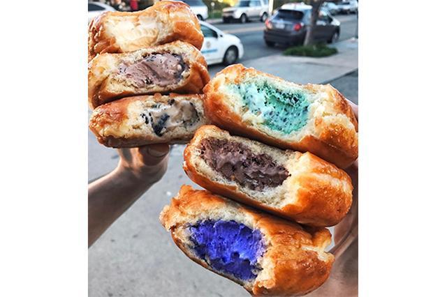 画像: 一口食べてビックリ!カラフルなアイスクリーム入りドーナツがフォトジェニックでおいしそう♡